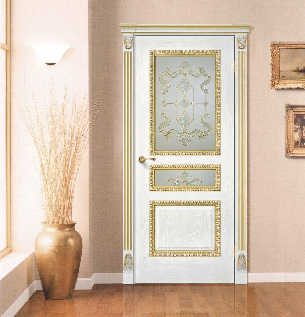 Белый двери с золотом в интерьере квартиры